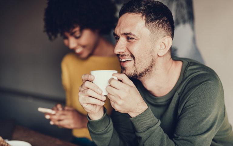 man met koffie en vrouw
