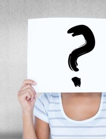 Vrouw met een bord in het gezicht met een vraagteken 1134 555